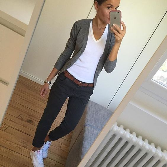 Tenue simple. Gilet gris, chemise blanche, pantalon bleu et baskets blanches #B …   – Hair and beauty
