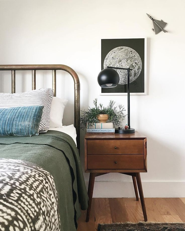 We're totally in love with this moon print in @annabode's lovely bedroom. Double tap if you love it too! #homestoryinteriors