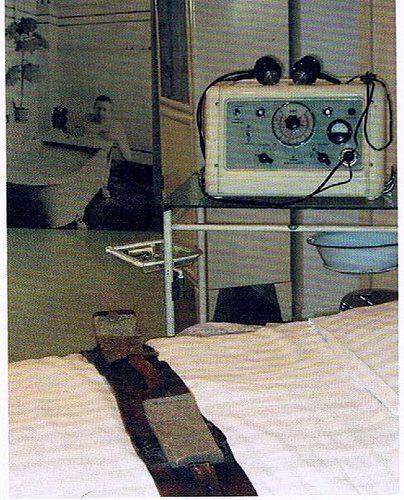 https://flic.kr/p/Vm3gGu | Fixierbett in der DDR Psychiatrie,Elektroschocktherapie in der DDR Psychiatrie,Patientenfixierung,Akutpsychiatrie,GDR Psychiatry | Bild aus einem Psychiatriemuseum