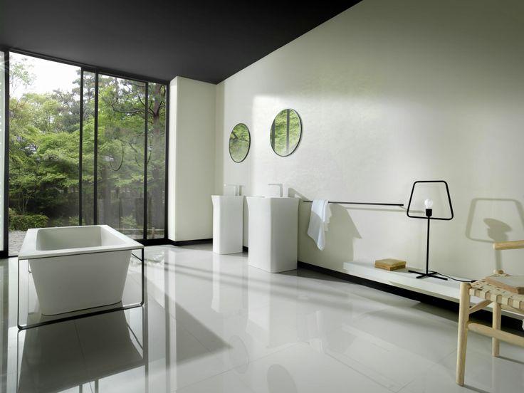 Van Systeem-pool. Prachtig strakke badkamer met zwarte omlijstingen