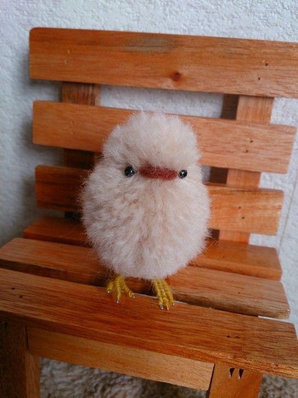 羊毛フェルトと羊毛毛糸で作ったトリノヒナです。羊毛フェルトで作った土台に毛糸を一本一本植毛しました。とても可愛らしく、ふわふわに仕上がりました。色はクリームベ... ハンドメイド、手作り、手仕事品の通販・販売・購入ならCreema。