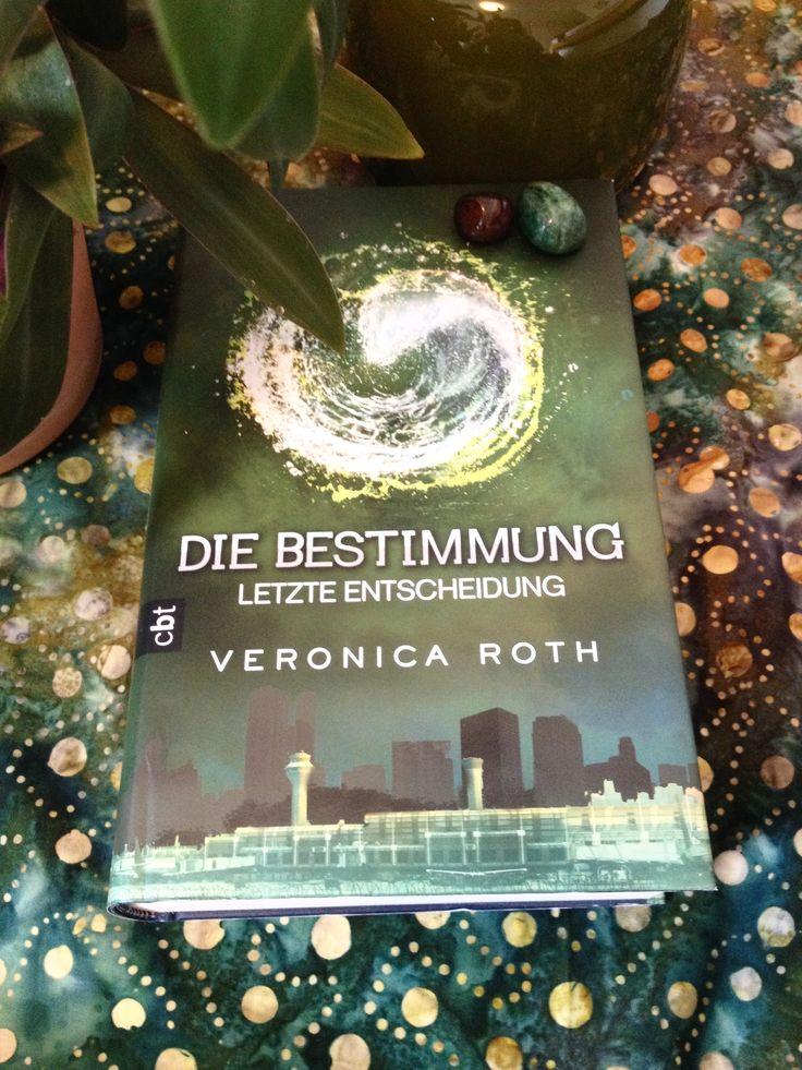 Die Bestimmung - Letzte Entscheidung: Band 3 von Veronica Roth. Der letzte Teil dieser dystopischen Trilogie hat mich vollends überzeugt. Die Charaktere machen eine tolle Entwicklung und im Gegensatz vieler im Netz kursierender Meinungen, fand ich das Ende einfach nur grandios und absolut passend.  5/5 Sterne