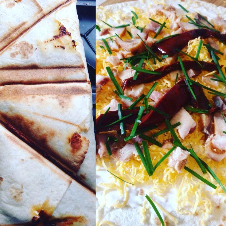 Francia pirítós tortillaból! Füstölt afrikai harcsa, cheddar, tejföl, snidling és házilag füstölt paprika