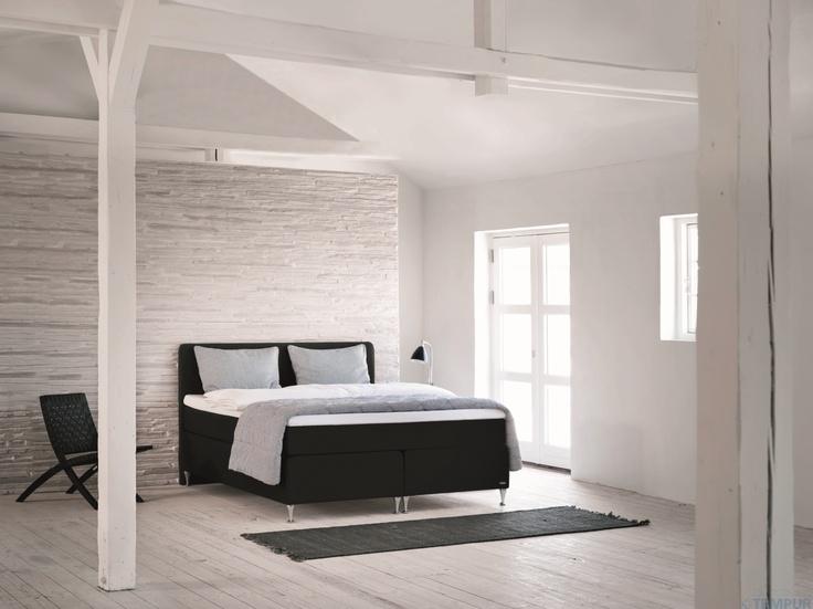 Modernia latohenkeä ja TEMPUR Relaxation Continental -vuode. #makuuhuone #sänky #sisustus #tempur