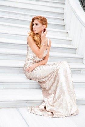 Fidan Şimşek // Gardırop Gurusu Payetli Kare Yaka Altın Rengi Uzun Elbise: Lidyana.com