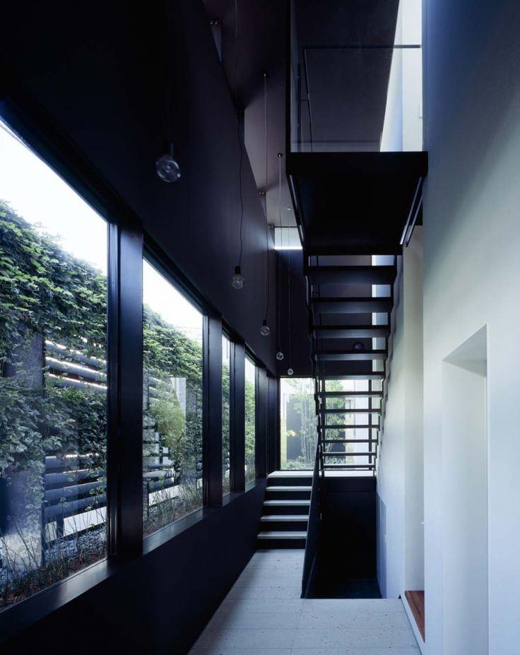 スキマのある家の部屋 垂直の庭を持つ玄関