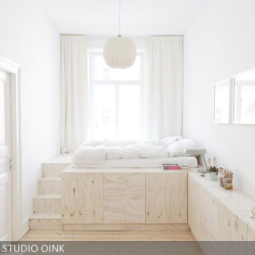 Sonderanfertigung Sideboard-Podestbett-Kombination - vom Bett aus hat man einen wunderbaren Blick auf das Treiben auf der Straße.