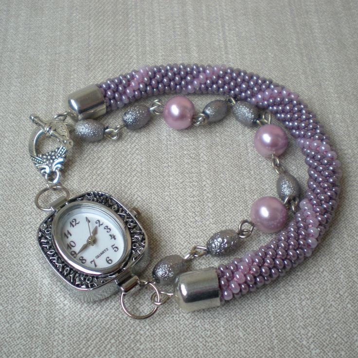 Růžová+a+šedá+Jemné,+elegantní,+trochu+jiné+...+hodinky+i+náramek+...hodinky+zn.+Quartz+ve+stříbrném+lůžku+s+černým+zdobením+a+bílým+ciferníkem+jsou+připevněny+na+háčkované+dutince+z+šedorůžového+a+růžového+rokajlu.+Doplněny+jsou+řetízkem+z+růžových+perliček+a+šedých+korálků.+Komponenty+jsou+z+bižuterního+kovu+stříbrné+barvy.+Hodinky+mají+americké...