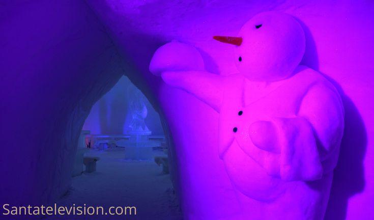 Un bonhomme de neige à l'entrée du restaurant de glace situé dans le Pays des bonhommes de neige, dans le Village du Père Noël à Rovaniemi en Laponie
