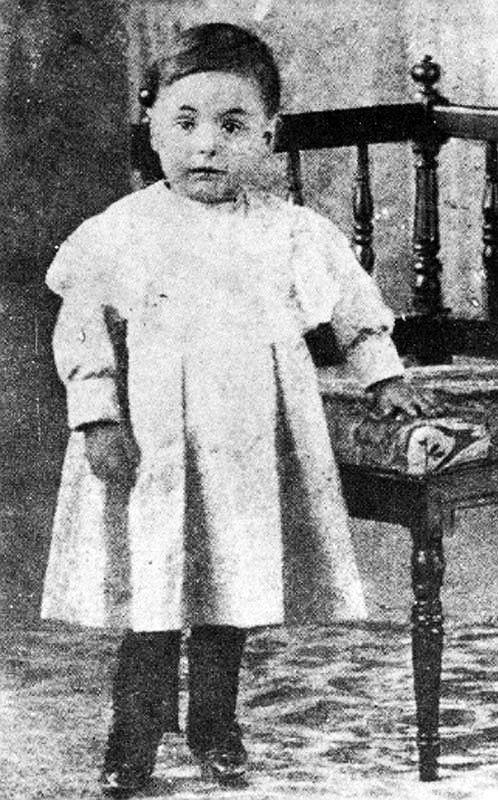 O Poeta chileno Pablo Neruda aos dois anos de idade. Chile, 1906.