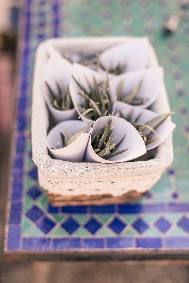 Streublumen / Olivenbaum Blätter / Blumenmädchen / Mediterrane Hochzeit / Heiraten am Strand / Boho wedding / Mediterranean wdding in Spain