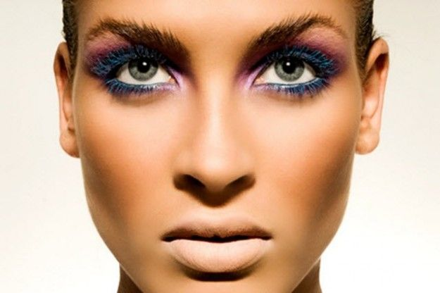 Trucco con mascara coloratoApplicare il mascara colorato per una serata speciale e diversa dal solito.