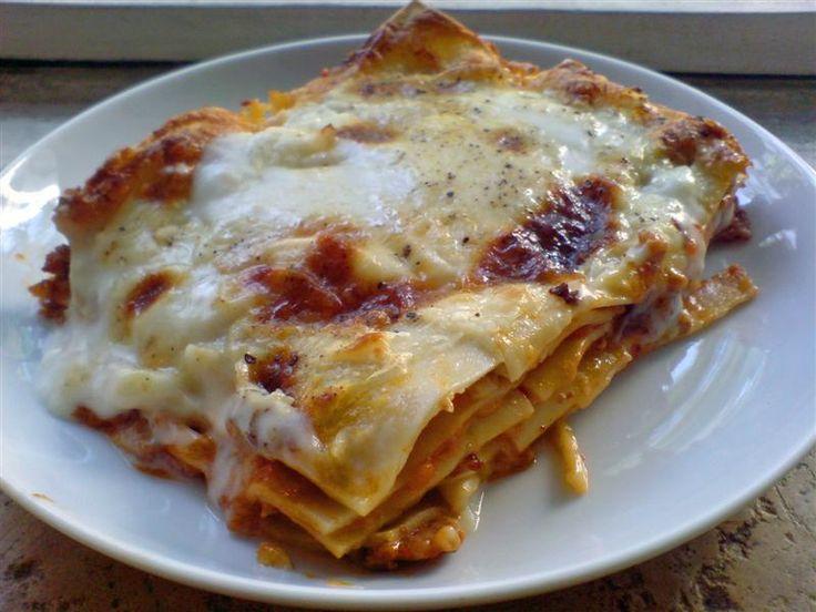 Ingrédients: 1/2 paquet de lasagnes gruyères rapés La bolognaise 300 g de viande de boeuf 1 boîte de tomate en dés 1 petite boîte de concentré de tomate 1 oignon 1 carotte 1 branche de céleri (facultatif) huile d'olive, sel et poivre 1 gousse d'ail, basilic, thym, laurier La béchamel 50 g de beurre 50 …