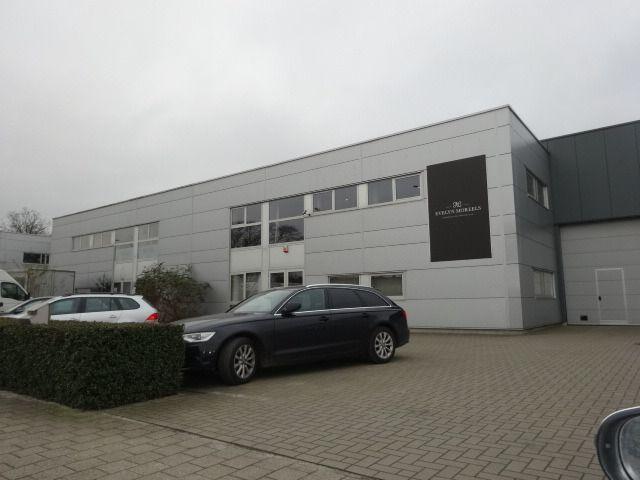 Handelszaak te huur in Gentbrugge - 1 200 € - Logic-immo.be - Deze ruimte van 200m² op de eerste verdieping kan gebruikt worden voor meerdere doeleinden zoals kantoor, opslag- of werkruimte. Ingang op het eerste verdiep te bereiken met een trap, ontvangstruimte,...