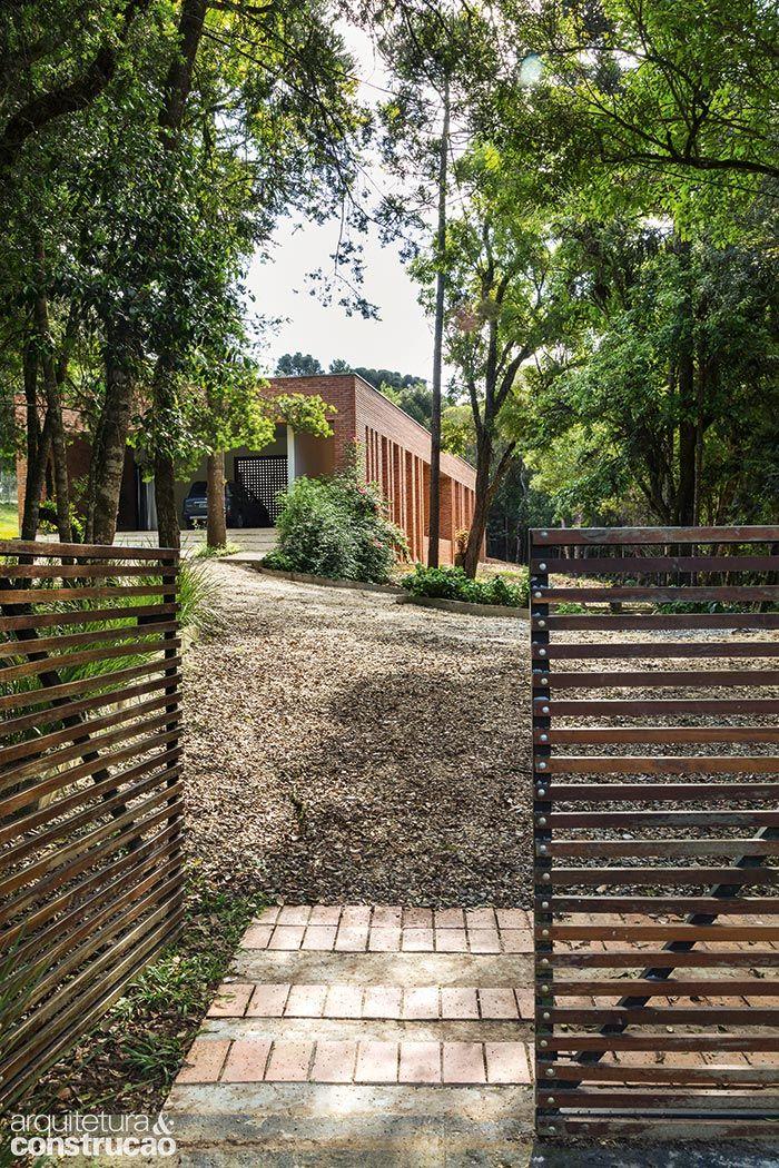 O plano inicial de erguer um refúgio simples nos arredores de Curitiba se desdobrou neste projeto completo e prático, sob medida para um estilo de vida mais sereno. Distante do trânsito e do agito …