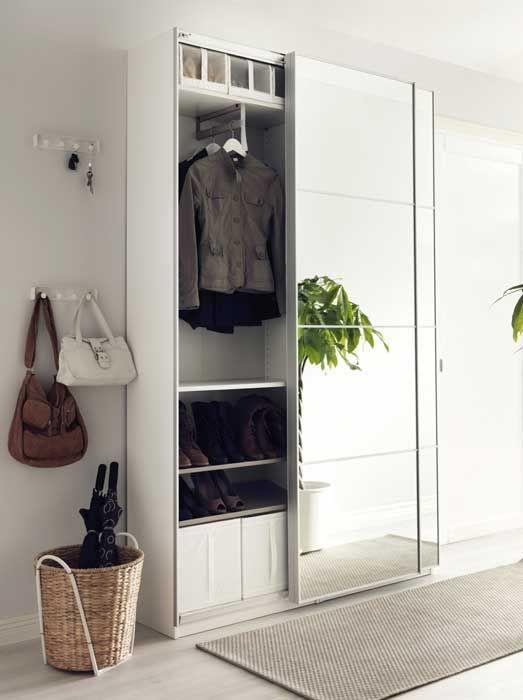 IKEA Le ante scorrevoli sono un'eccellente soluzione in un corridoio o in un ingresso stretti perché non ingombrano il passaggio. Utile l'armadio sottile. Qui il modello Pax Auli è profondo solo cm 43, la larghezza è invece di cm 150 ikea.com
