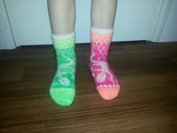 """Dinosauruksista pitävälle lapsenlapselleni tein joululahjaksi Liskosukat.  I made to my Dinosaurs loving - granddaughter these """"Lizard -socks"""" for a Christmas present, size about 31."""