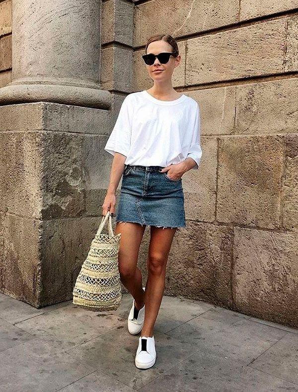saia jeans com tenis e blusa branca