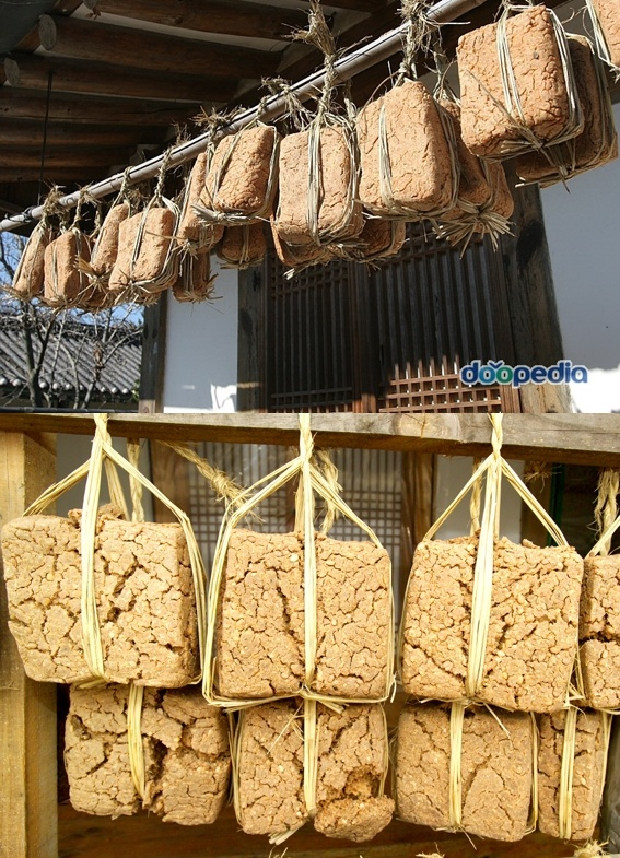 Meju (Korean: 메주), Soybean malt: Lumps of soybean malt are hung from the eaves to dry. [PHOTO]