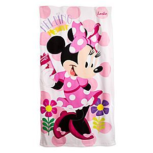 Keep daydreams dry and bright while sunning on Minnie's terrycloth towel with pretty pink design inspired by her latest Disney Junior TV series.