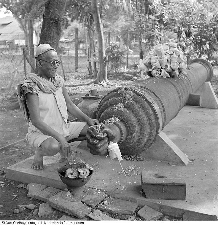 Het oorspronkelijk Portugese bronzen kanon 'Si Jagur' op het Taman Fatahillah te Jakarta, Indonesië (1947)