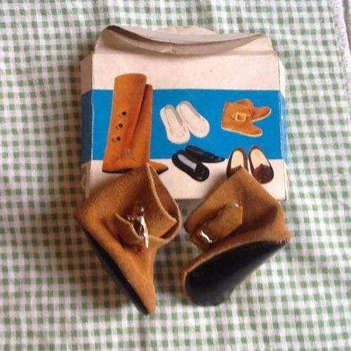 Stivaletti-in-camoscio-con-scatola-per-bambole-Alta-Moda-Furga