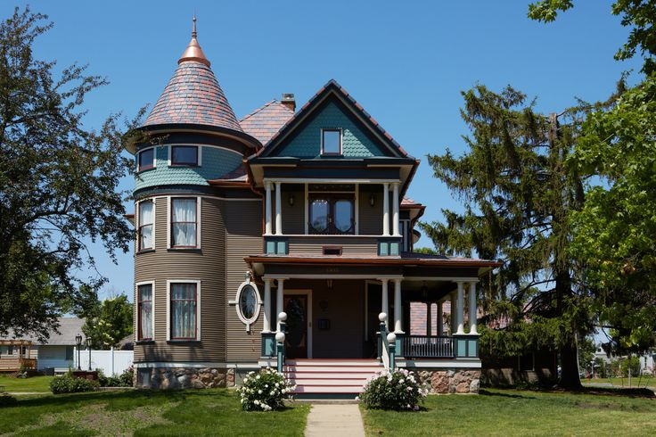 The crowning glory on this painted lady? An amazing shingled roof, courtesy of @davinciroof