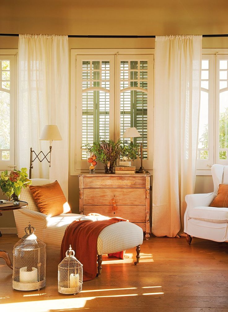 Zona de lectura  Chaise longue de KA International. Lámpara articulada de Vinçon y cómoda de herencia.