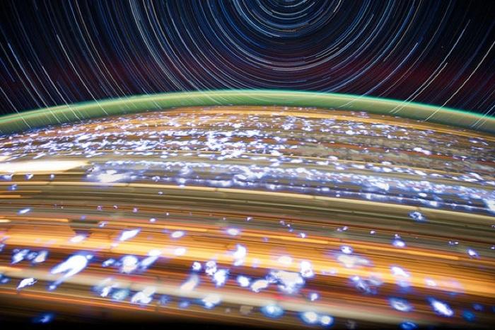 La Terra vista dallo spazio, con esposizione lunghissima.