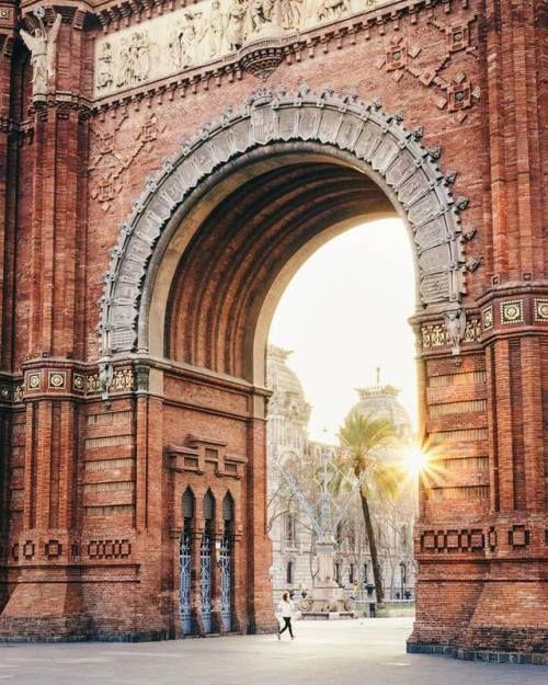 """elpaisdellop:  """" La primera llum del dia a Barcelona és sempre un plaer pels ulls, oi?. Des de quin indret de Catalunya saludeu aquest dimarts? Bon dia!  La primera luz del día en Barcelona es siempre un placer para los ojos. ¿Desde qué lugar de..."""