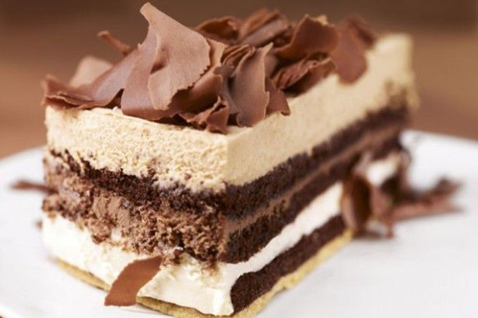 Čokoládová extáze  Bílé těsto:  150 gpolohrubá mouka  60 gmoučkový cukr  80 gmáslo  1 ksvejce  Čokoládové těsto:  100 ghořká čokoláda  4 ksvejce  100 gkr. cukr  1 bal.vanilkový cukr  špetkasůl  80 ghladká mouka  2 lžícekakao  Krém:  1 lsmetana ke šlehání  100 ghořká čokoláda  75 gbílá čokoláda  100 gnugátový krém nebo Nutella  6 plátkůželatina