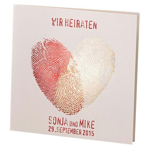 Cremefarbene Einladungskarte für die Hochzeit mit herzförmigen Fingerabdrücken in Rot und Gold.