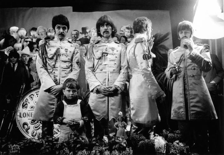 sgt._peppers_photo_shoot_alternate WHO IS THAT KID ??
