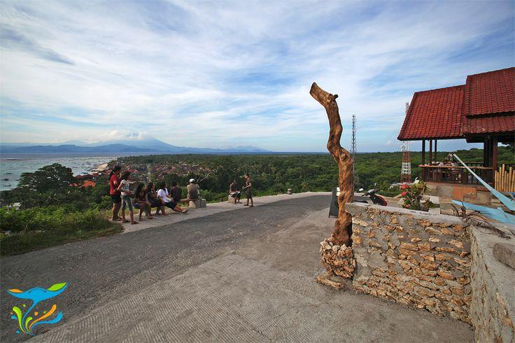 Puncak bukit tempat kita bisa menikmati pemandangan indah bukan hanya kawasan pesisir Nusa Lembongan sendiri tetapi juga Pulau Bali di sebrang lautan.