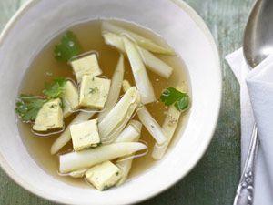 Früher gab es keine klare Suppe, die keinen Eierstich enthielt. Mittlerweile ist die traditionelle Einlage jedoch etwas aus der Mode gekommen. Zu unrecht, denn Eierstich schmeckt nicht nur gut, sondern peppt jede Suppe auf.
