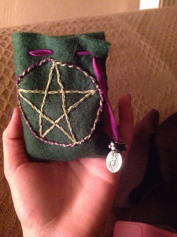 Bolsa pagã carregável para viagens (para guardar suas runas, raminhos de ervas, amuletos, ou ela própria ser o amuleto etc)
