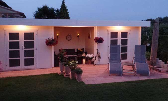 Wie toll die indirekte Beleuchtung eines Gartenhauses von außen ...