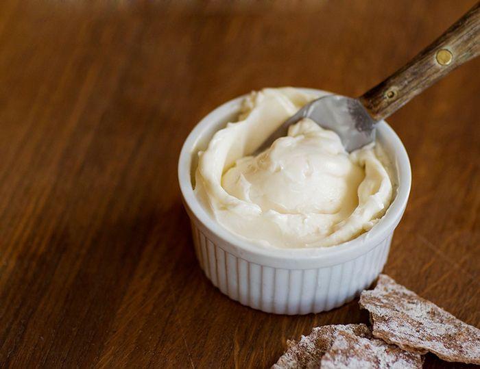 Det är superenkelt att göra ditt eget margarin. Här är ett recept vi gillar.