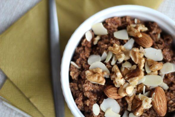 Yumm: Chocolade havermout met amandelmelk en noten!