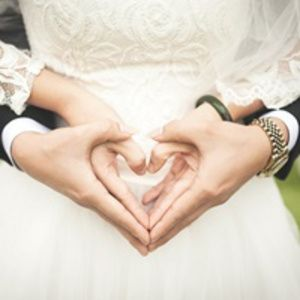 前撮り・結婚式までにチェック!ウェディングフォトにおすすめの新郎新婦のポージングアイディア画像 | ときめキカク365