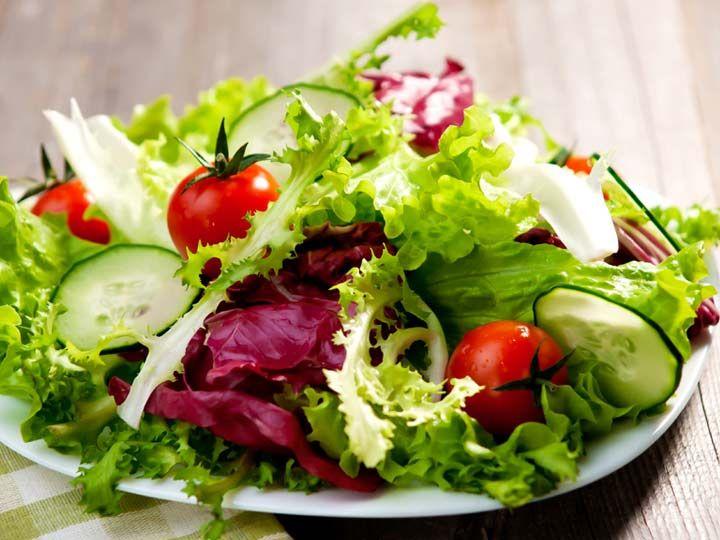 Grüner Salat mit Tomaten und Honig-Senf-Vinaigrette