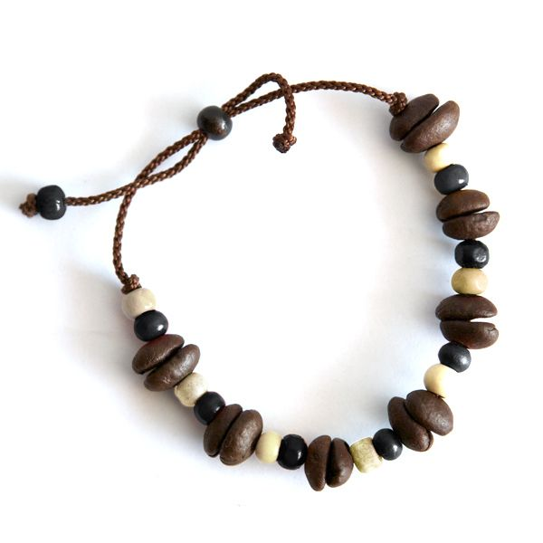 Kolumbianischer geht es nicht: Ein handgemachtes Armband aus gerösteten Kaffeebohnen! Ein perfektes Geschenk. Findet mehr heraus unter: http://www.thecoffeequest.de/?product=armband-aus-kaffeebohnen