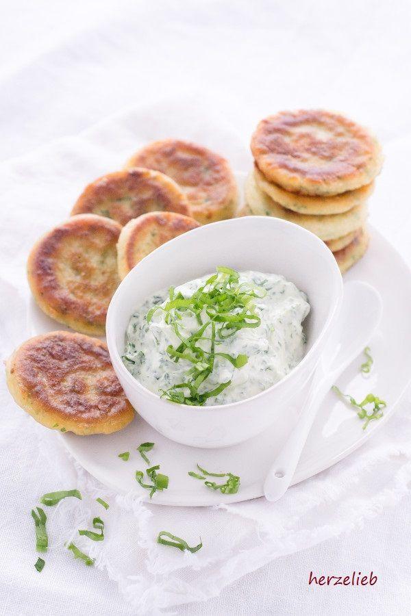 Mit diesem Rezept für Bärlauch-Pfannkuchen mit Bärlauch-Dip macht man Bärlauch-Liebhaber glücklich! Das Rezept gibt es auf dem Foodblog herzelib.