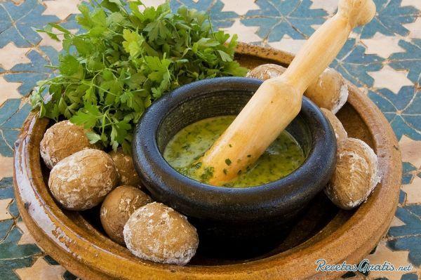 Aprende a preparar mojo verde canario con esta rica y fácil receta.  El mojo verde canario es una salsa hecha a base de cilantro y ajo muy utilizada en la gastronomí...