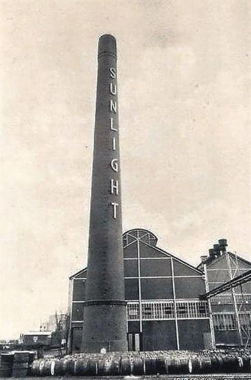 Vlaardingen<br />Vlaardingen: De Deltaweg met de schoorsteen van de Sunlight-fabriek in 1930