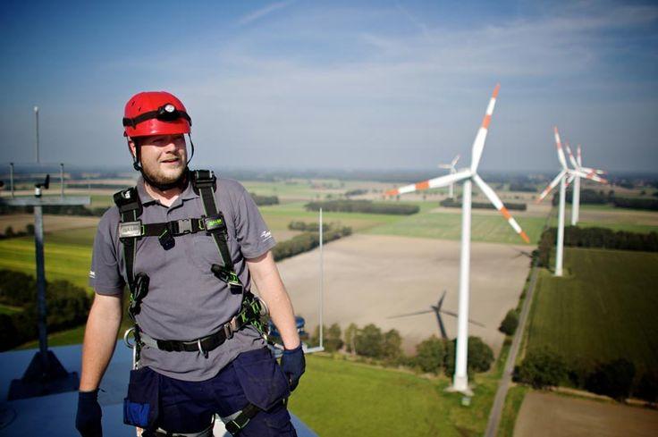 Almanlar, İzmir'de Rüzgar Enerjisi Potansiyeli Hakkında Bilgi Aldı Bremen Ekonomi Çalışma ve Limanlar Bakanı Martin Günthner başkanlığındaki heyet, İzmir'de rüzgar enerjisi yatırımlarıyla ilgili temaslarda bulundu.