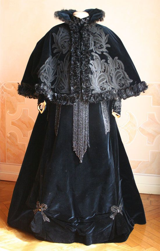 Winter ensemble ca. 1896 via Abiti Antichi
