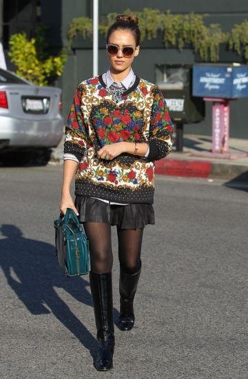 Foto | Jessica Alba ha lucido espectacular por las calles de Los Ángeles y es que la actriz ha lucido un jersey con estampados barrocos que ha acompañado de una falda de piel plisada y negra.