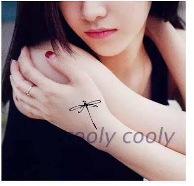 Resultado de imagem para tatuagem libelula pequena