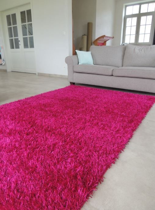 Hoogpolig tapijt in roze fuchsia kleur brengt kleur, warmte en vooral happiness in jouw interieur. Prachtig en kwalitatief tapijt online te bestellen bij Onlinemattenshop